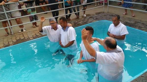 Cultos de Batismo da Igreja Cristã Maranata - galerias/4590/thumbs/08.jpg