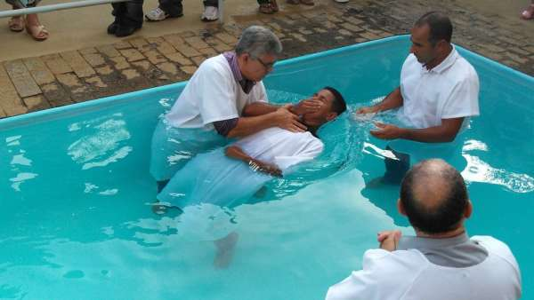 Cultos de Batismo da Igreja Cristã Maranata - galerias/4590/thumbs/09.jpg