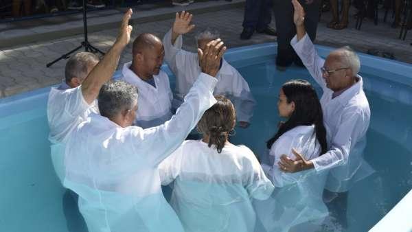 Cultos de Batismo da Igreja Cristã Maranata - galerias/4590/thumbs/16.jpg